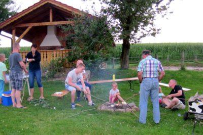 bauernhof-erlebnisse-lagerfeuer-geselliges-beisammensein