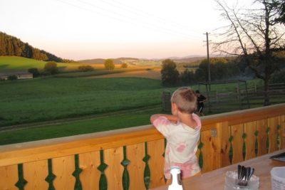 bauernhof-kinderurlaub-terrasse-ausblick