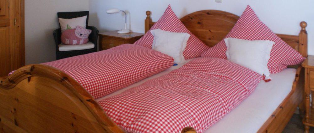 ferienhaus-bauernhofurlaub-doppelbetten-schlafzimmer-unten