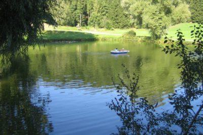 sommerurlaub-bayerischer-wald-see-bootfahren