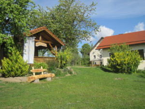 urlaub-bauernhof-liegewiese-spielplatz-grillhütte-am gschwandnerhof