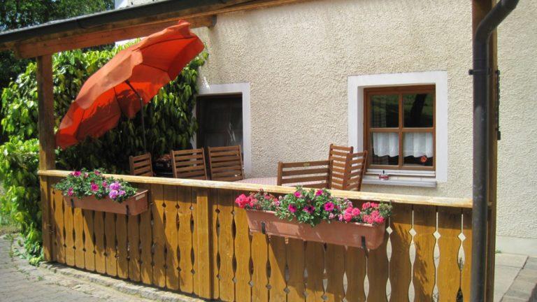 bauernhof-ferienhaus-relaxen-terrasse-bayern