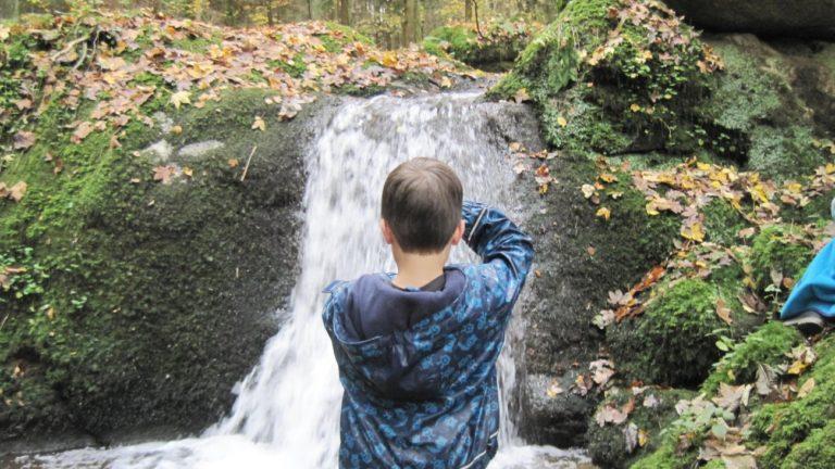 bauernhof-wamnderurlaub-bayersicher-wald-wasserfall-natur