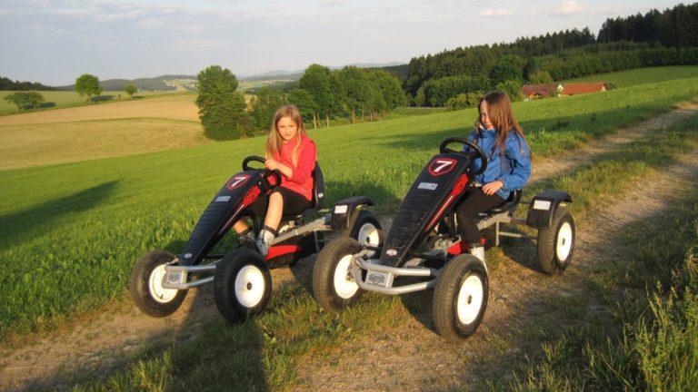 familienbauernhof-bayern-kinder-kettcar-fahren