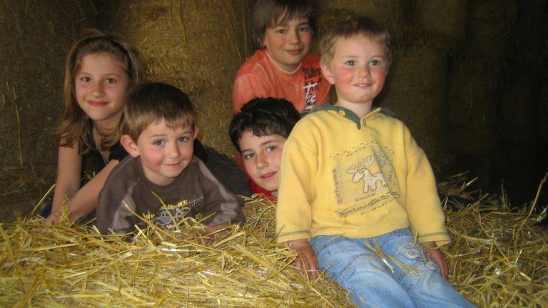 kinderbauernhof-bayern-spielscheune-stroh