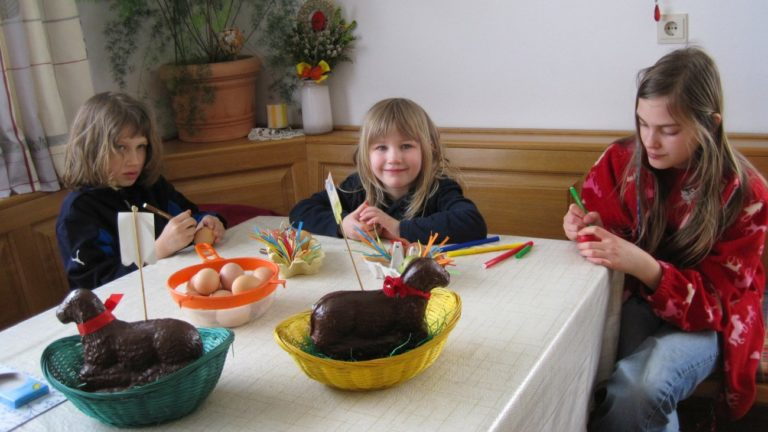 ostern-bauernhof-eier-basteln-kinderurlaub