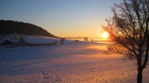 winterurlaub-bauernhofferien-bayerischer-wald-sonnenuntergang